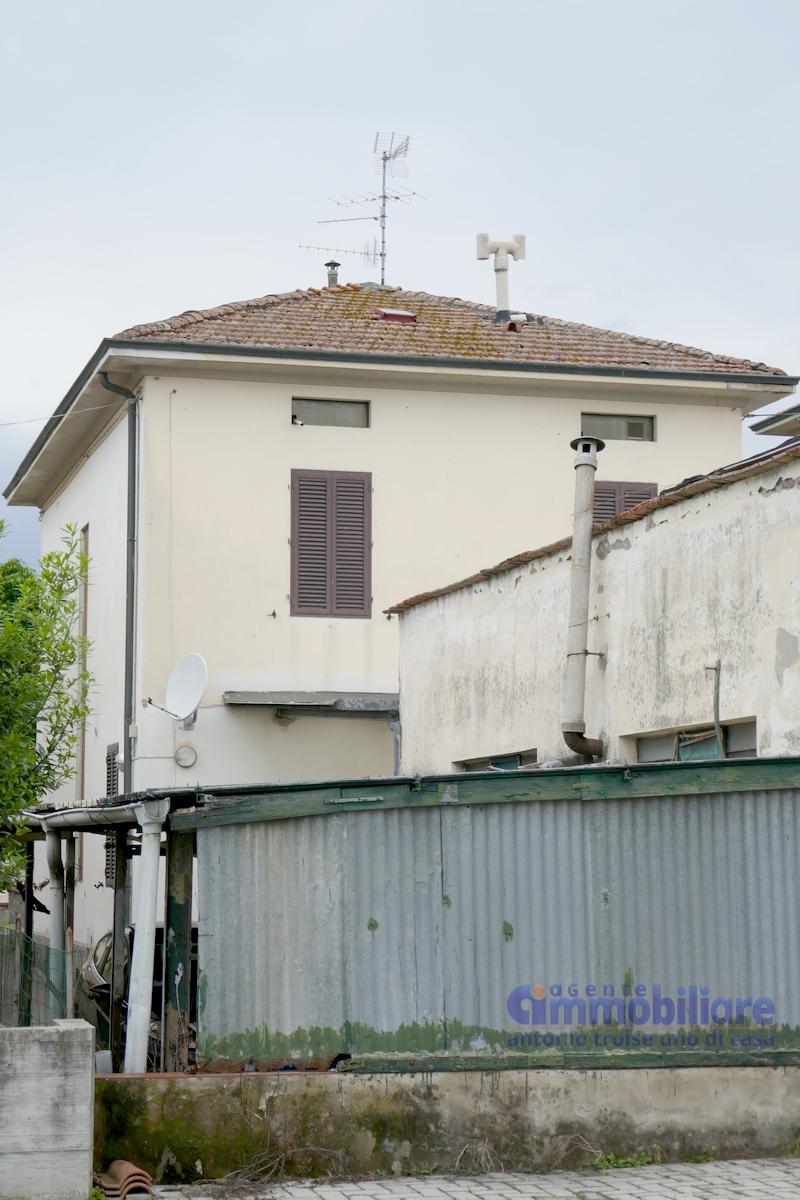 Quarrata vendita terratetto libero sui 4 lati con locale for Piani di garage con deposito soffitta