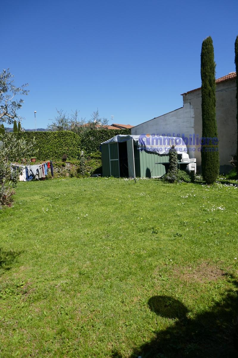 vendesi montale appartamento in bifamiliare con giardino 10