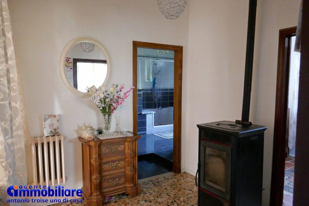 vendesi villa bifamiliare 2 appartamenti 42